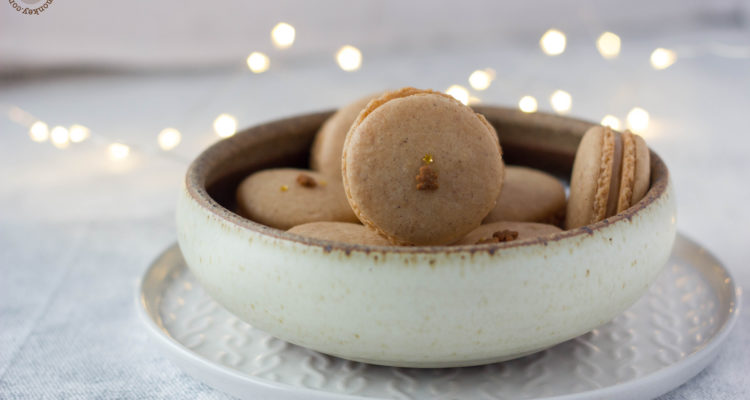 Gingerbread macarons for christmas | lilcupcakemonkey.com