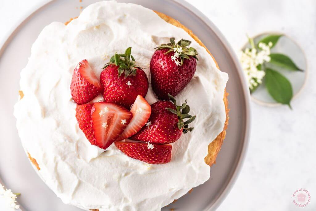 Elderflower and strawberry cake | lilcupcakemonkey.com